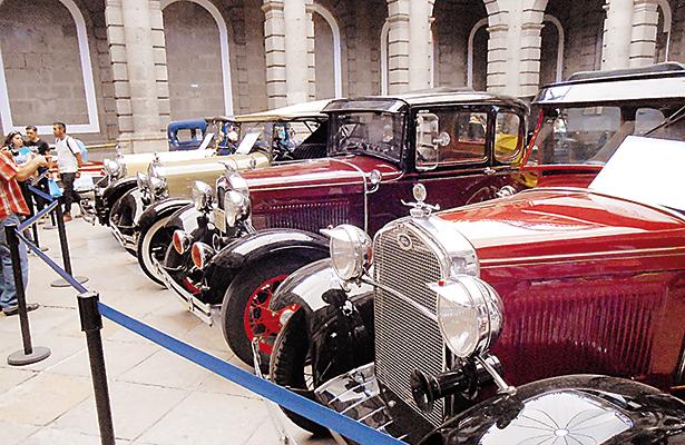 Decenas de autos clásicos, entre antiguos y recientes, fueron admirados por los visitantes del centro cultural de la UNAM.