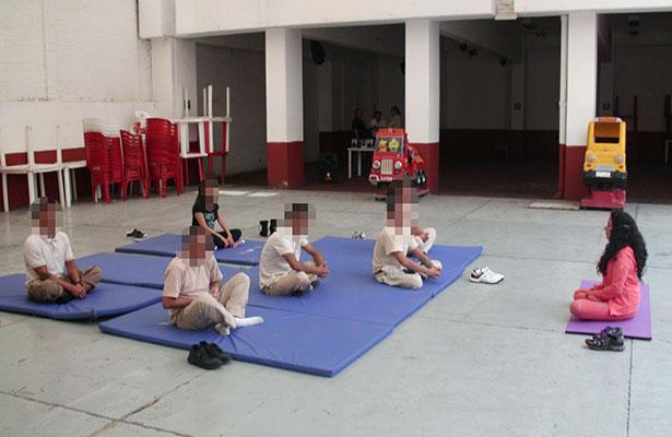 Llevan Yoga y Lectura a población LGTTTBI en Reclusorios