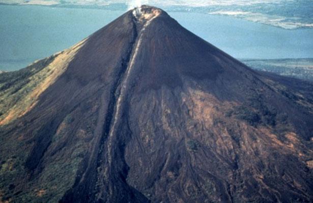 El volcán Momotombo de Nicaragua registra explosión y expulsa gases y lava
