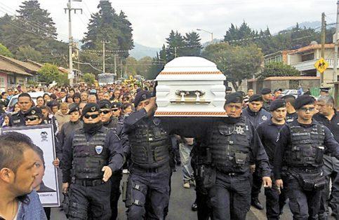 Policías estatales y municipales de Neza cargan el ataúd con el cadáver de su compañera sacrificada. FOTO: OEM-INFORMEX