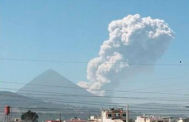Volcán Santiaguito de Guatemala entra en erupción