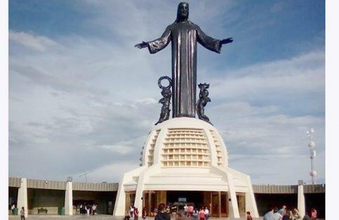 MILES DE fieles acuden todo el año a Cristo Rey.