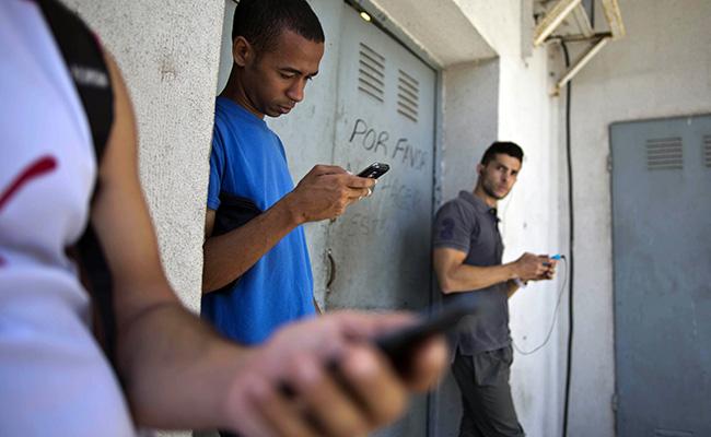 Una foto del 2014 donde estudiantes buscaban una señal de internet en un negocio / Foto: AP