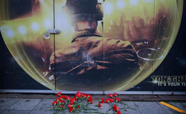 Las flores de las víctimas del ataque se colocaron fuera del club nocturno. Foto: AP