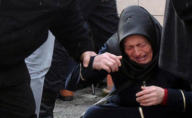 Los familiares y amigos lloran durante las oraciones fúnebres para una de las víctimas del club nocturno, en Estambul. Foto: AP