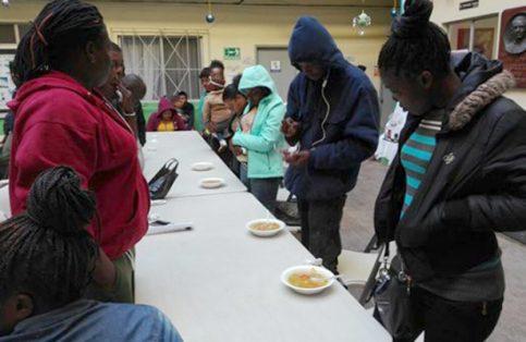 Los haitianos, que están de paso esperando poder ingresar a Estados Unidos, festejaron con oraciones y una comida tradicional de su país.