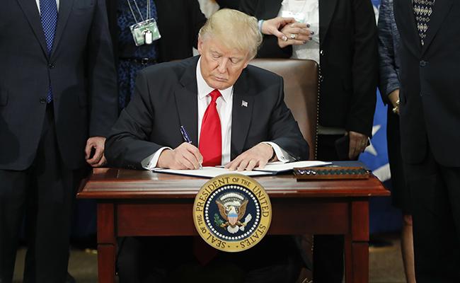 Ordena destinar fondos federales a la planificación y construcción del muro. Foto: AP