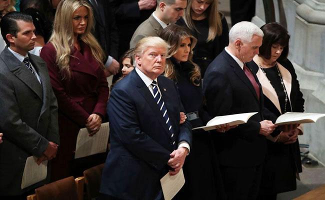 Trump inicia primer día de presidencia con servicio religioso
