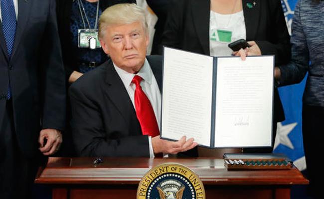 Trump firmó este miércoles un decreto para construir un muro a lo largo de la frontera con México. Foto: AFP