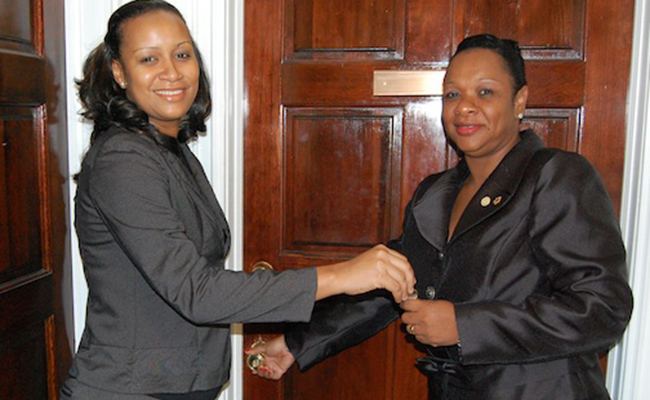 Foto: Anya Williams y Sharlene Cartwright. www.caribjournal.com