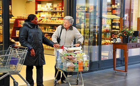 SEÑORA VAN Beek saliendo del supermercado.