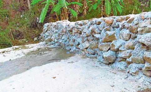En la frontera norte pelean por que el muro no se construya; una comunidad en Oaxaca creó uno para impedir el paso de los vecinos.