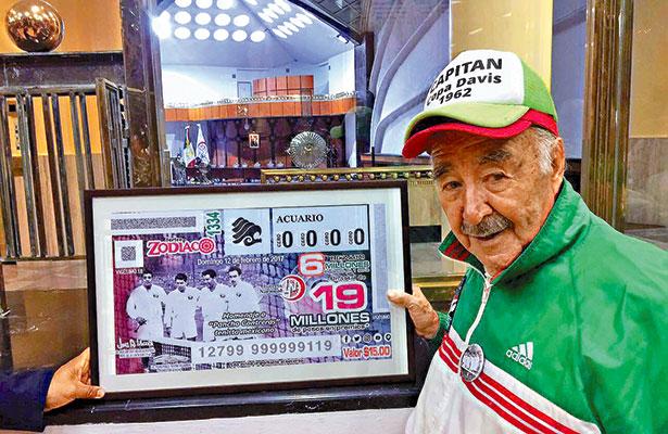 PANCHO CONTRERAS con el billete conmemorativo.