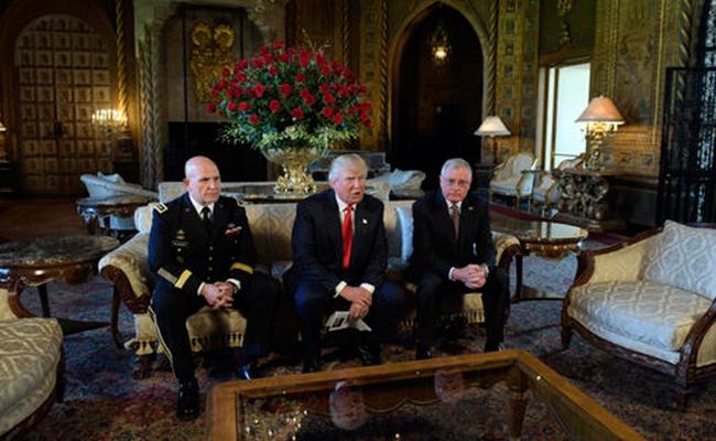Donald Trump (centro), con el teniente general HR McMaster (izquierda) y retirado del Ejército teniente general Keith Kellogg (a la derecha) en una finca de Trump en Palm Beach. Foto: AP