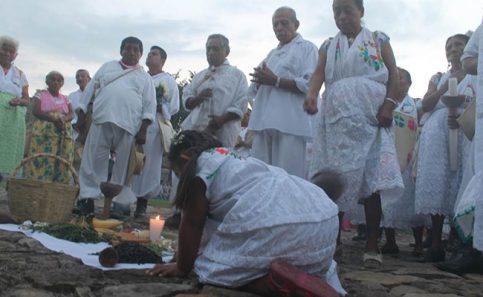 Como cada año, los totonacas ataviados con su indumentaria para la ocasión, realizaron la ceremonia de El Litlán.