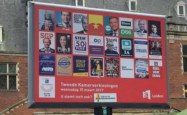 POSTERS DE los partidos políticos frente al Ayuntamiento de Leiden.
