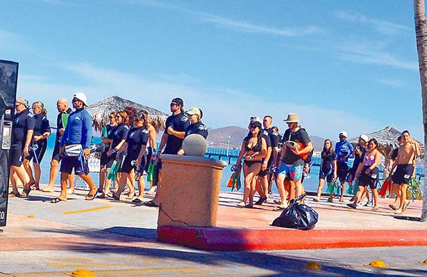 Los grupos de turistas especialmente procedentes del extranjero, acuden a los servicios de los lancheros que ofertan el viaje con el tiburón ballena.