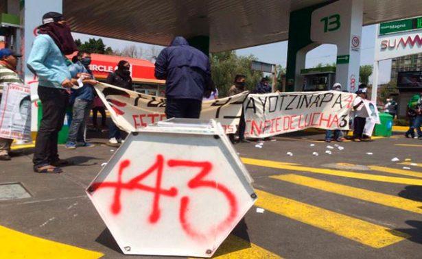 Vandalizan gasolinera de la Ciudad de México en protesta por caso Ayotzinapa