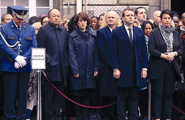 Los dos aspirantes a la presidencia de Francia, el centrista Emmanuel Macron (segundo a la derecha en la imagen) y la ultraderechista Marine Le Pen, participaron ayer en un homenaje nacional al policía muerto la semana pasada en un atentado en los Campos Elíseos de París