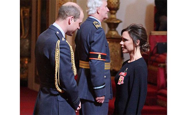Victoria Beckham recibió una importante condecoración de manos del príncipe Guillermo