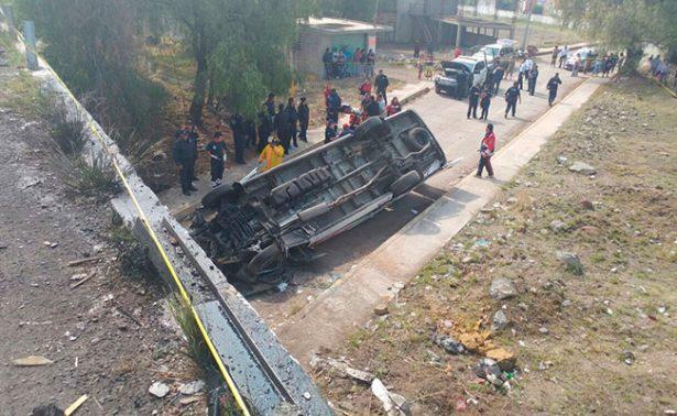 Volcadura de camioneta de turismo en la México-Pirámides deja tres muertos