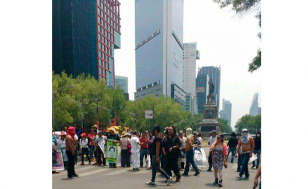 Padres de los normalistas de Ayotzinapa rompen puerta del senado