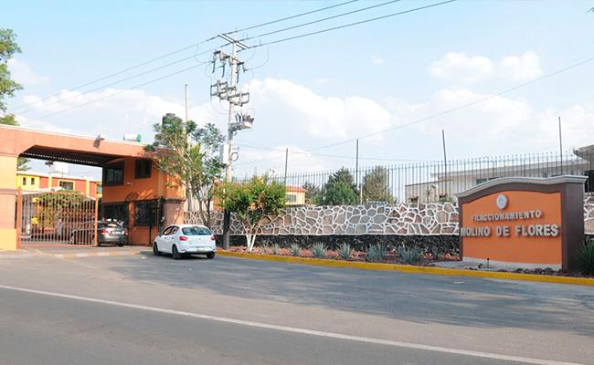 Fachada del Fraccionamiento Molino de las Flores, municipio de Texcoco, donde Martínez tiene un inmueble que le costó millón y medio de pesos y ahora puede vender en 12.5 millones