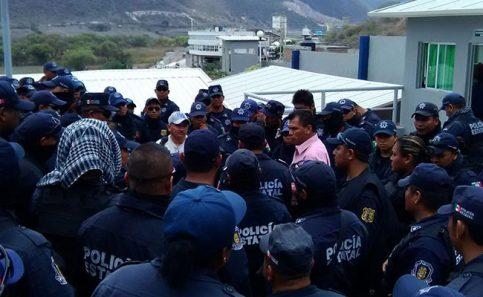 Policías realizan paro de labores en Chilapa y Chilpancingo