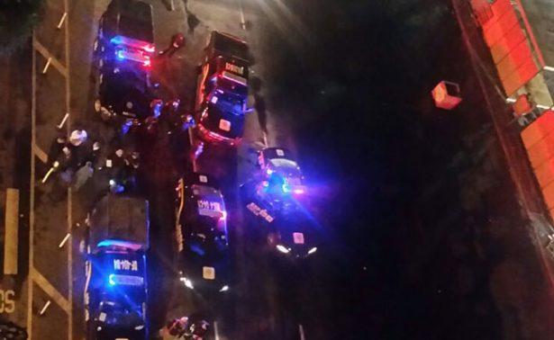 Arrolla conductor a dos policías para evitar alcoholímetro
