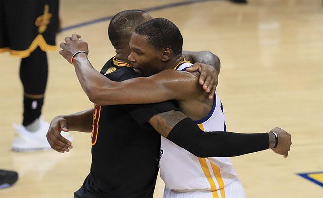 KEVIN y LeBron se abrazaron al final / Foto: AFP