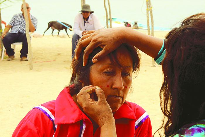 El color rojo es uno de los característicos de la tribu, el cual utilizan para pintar sus rostros, junto con el azul y el blanco