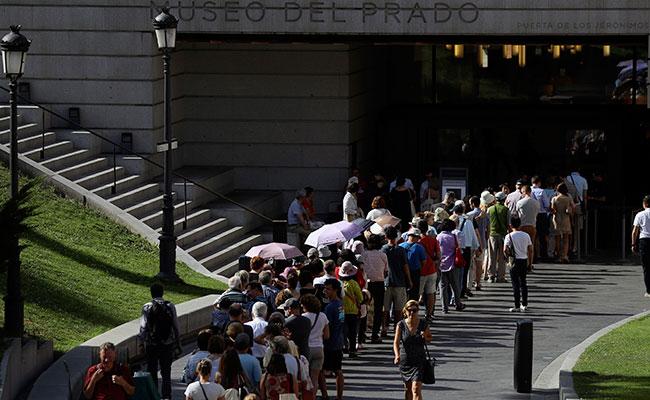 Colas, a pesar del calor, en el Museo del Prado. Foto: EFE