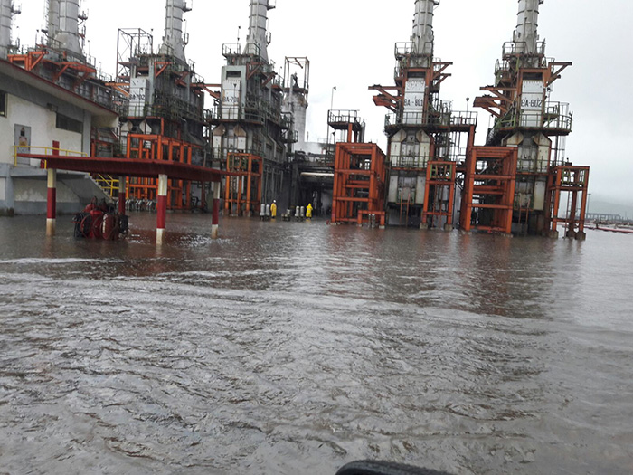 refineria_inundada_2
