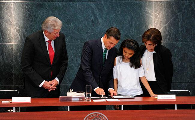 Gerardo Ruiz Esparza, Enrique Peña Nieto y Alison Amira Tolayo. Foto: Mauricio Huizar