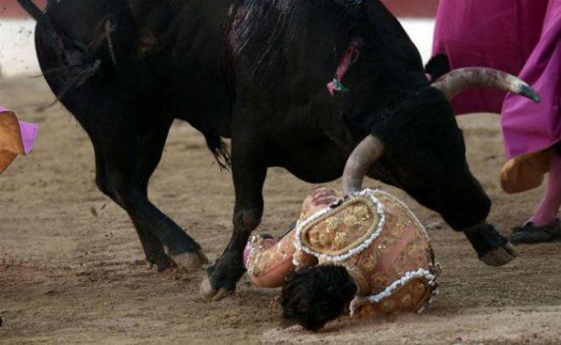 Iván Fandiño, en el momento en el que es cogido por el toro. Foto AFP