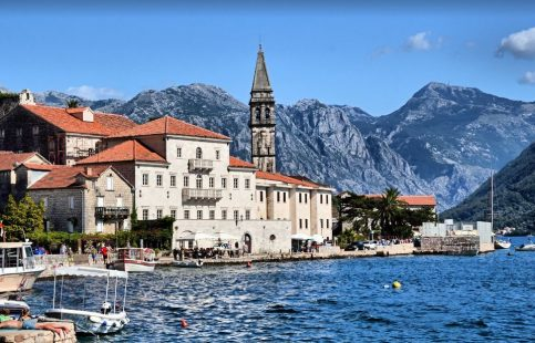 Montenegro es un país del sureste de Europa situado en la península balcánica, a orillas del mar Adriático.