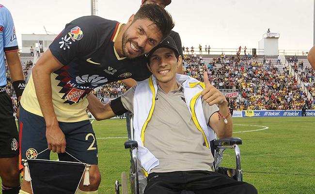 """EL """"Cepillo"""" Peralta abrazó a Ezequiel previo al encuentro."""