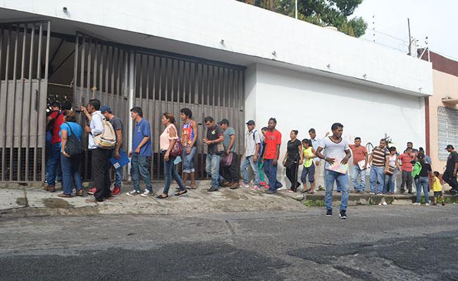 Cada lunes, extranjeros se forman afuera de las oficinas de la Comar en Tapachula para pedir asilo. CRÉDITO: DIARIO DEL SUR