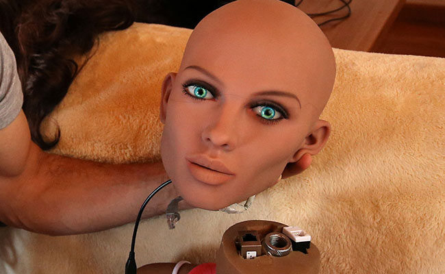 El ingeniero Sergi Santos creó a Samantha, la primer robot sexual / Foto: Reuters