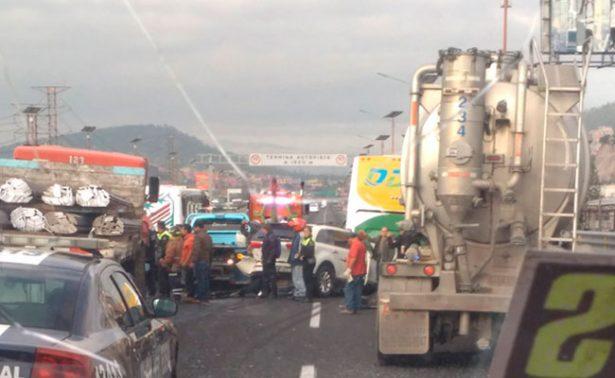 Tráiler impacta a varios automóviles en la México-Pachuca; hay un muerto