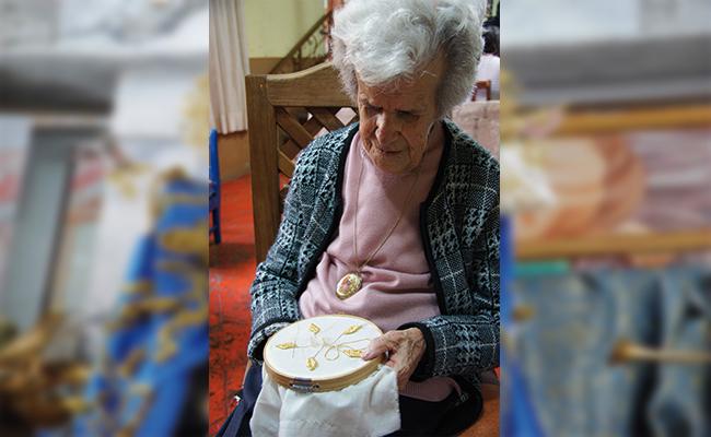 Hasta sus 92 años, Carolina Hernández Castillo (+) cumplió su promesa de bordar el vestido y manto a la Virgen de la Caridad