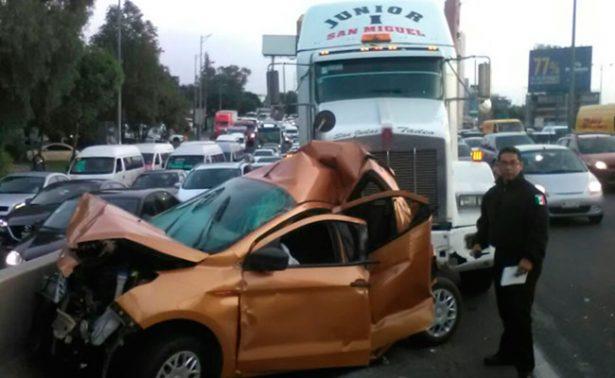 Tráiler embiste a varios autos en Periférico Norte; hay un muerto