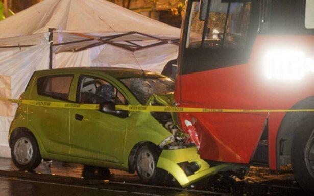 Pareja invade carril del Metrobús y muere al impactarse con el transporte público