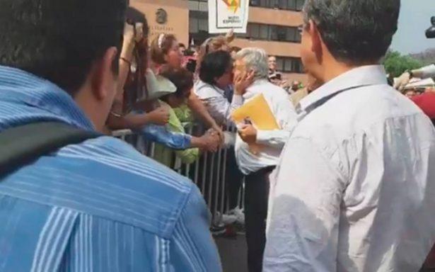 [Video] Todo un conquistador: le roban beso en la boca a AMLO