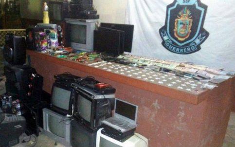 Aseguran droga, armas y dinero en penal de Iguala