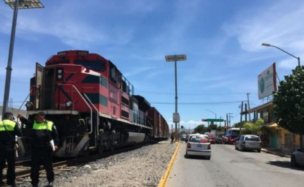 Autobús de pasajeros intenta ganarle el paso al tren en Durango