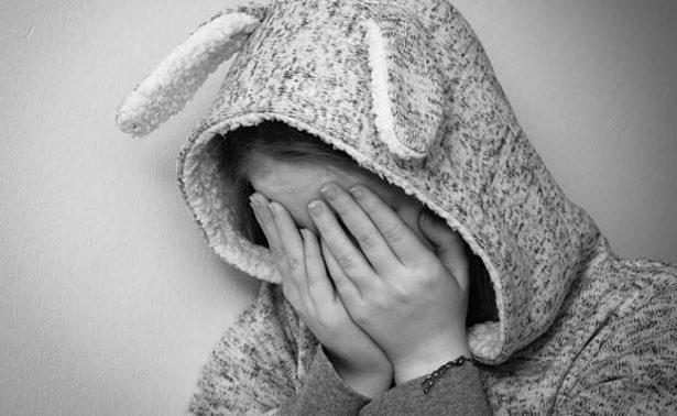 Mujer asesina a golpes a su hijastra de cinco años