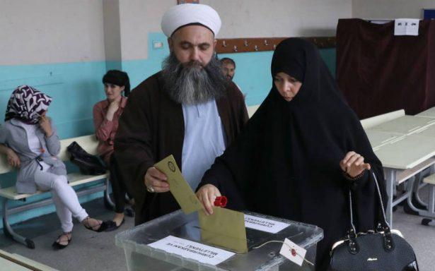 Ciudadanos de Estambul se aglomeran en colegios electorales para elegir nuevo presidente