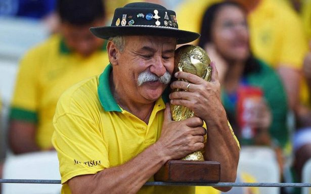 Él es Clovis Fernandes, el hincha de Brasil que dejó un legado con su trofeo inseparable