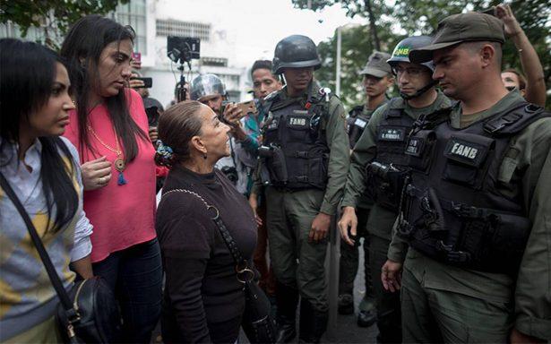 Familiares exigen entregar a rebeldes abatidos en Venezuela
